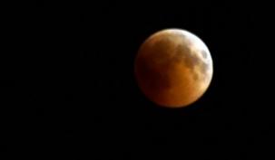 Kanlı ay tutulması merakla izlendi