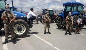 çiftçiler traktörlerle yolu kapattı