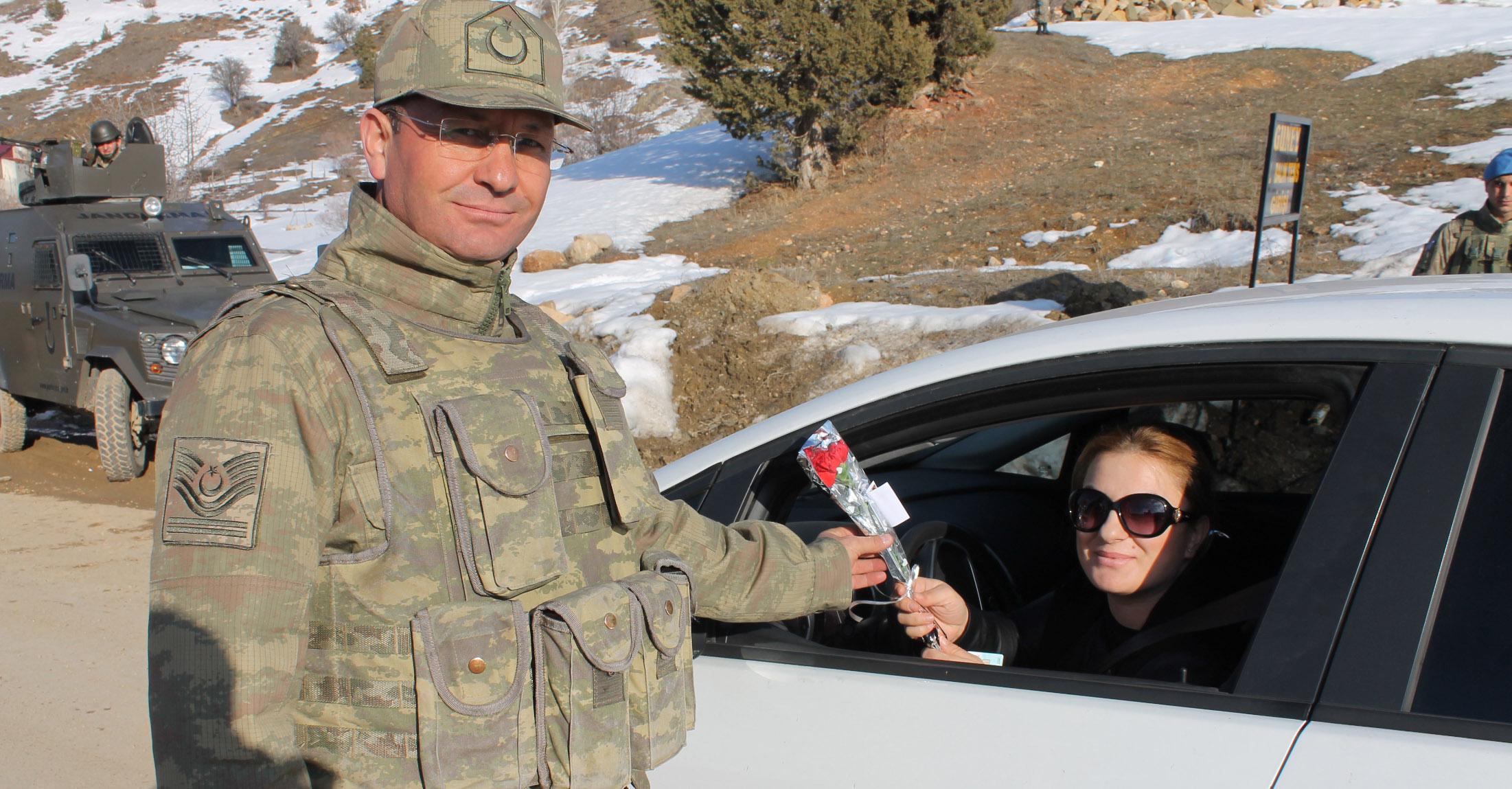 İlçe Jandarma Karanfil Dağıttı