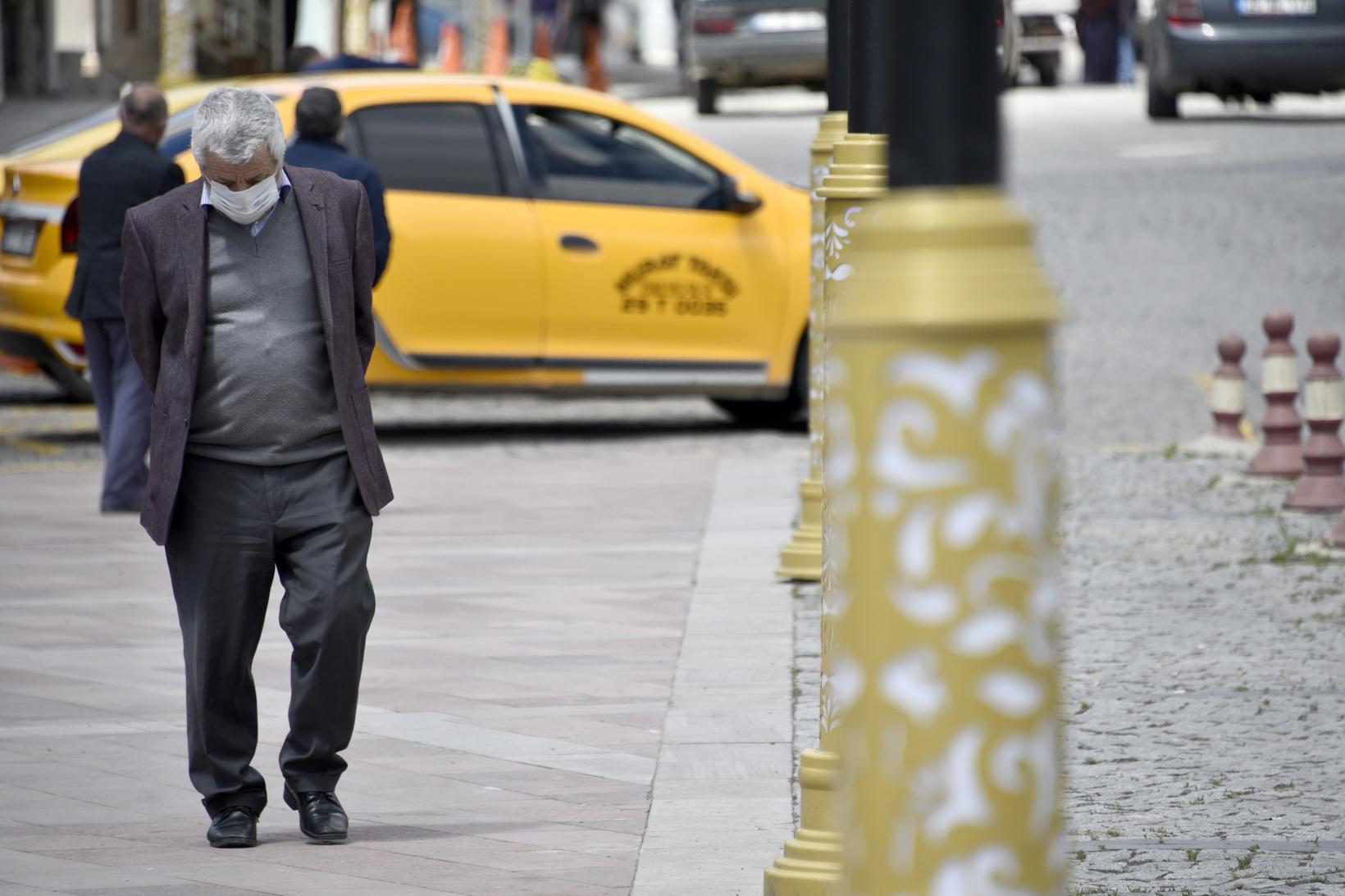 65 yaş üzeri vatandaşlar çarşıya akın etti